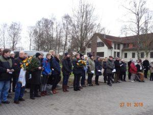 Bild: P.B. Teilnehmer der Veranstaltungen legen zum Gedenken am neuen Gedenkstein ihre Kränze nieder, darunter auch Mitglieder unseres Landesverbandes