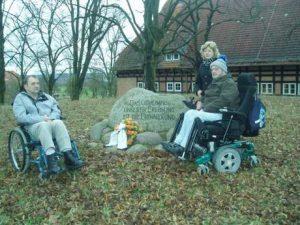 Herr Bischhof (l.im Bild) und Herr Schad mit Assistentin am Gedenkstein in Alt Rehse Foto: ABIMV/GB