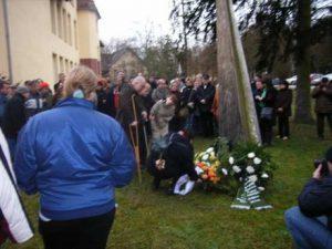 Am 27.01.2008 an der Gedenkstele auf dem Gelände des Hanse-Klinikums in Stralsund. Wir trauern um die psychisch kranken Menschen, die von den Nazis ermordet wurden.