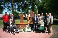 Foto: Drechsler/ABiMV: Die Initiatoren mit dem Künstler Sven Domann zur Wiedereinweihung des restaurierten Mahnmals zum Gedenken an die Opfer des Nationalsozialismus