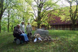 Mitglieder des ABiMV e.V. am Gedenkstein