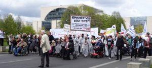 Bild: P. Braun Teilnehmer/innen der Demo laufen und rollen vom Bundeskanzleramt zum Brandeburger Tor
