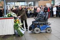 ABiMV-DL - Am 27. Januar 2016 legen Herr Schmidt und Herr Braun am Gedenkort in Rostock-Gehlsdorf für den ABiMV ein Gebinde nieder