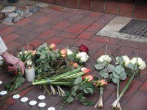 Bild: ABiMV-PB. Am Stolperstein legten wir für Walter Mantow vor seinem Wohnhaus, in Krönkenhagen 31, der am 18.07.1941 in der 'Heilanstalt Bernburg' ermordet wurde, Blumen nieder.