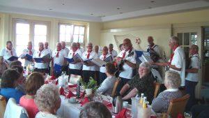 """Mitglieder des Shanty Chores """"Seegrund Ahlbeck"""" singen verschiedene Lieder"""