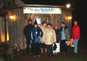 Die Mitglieder des BV Ueckermünde stehen vor dem Eingang der Salzhütte