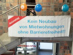 """Das Bild zeigt ein Transparent mit dem Text """"Kein Neubau von Mietwohnungen ohne Barrierefreiheit!"""""""